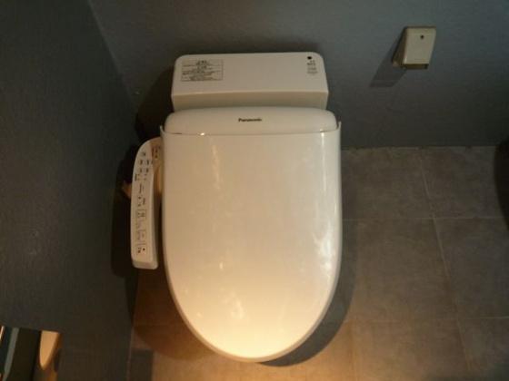トイレタンクレスですっきりとしたウォシュレット付きのトイレ