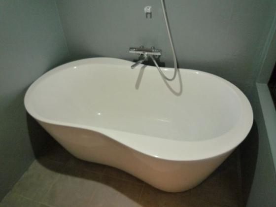 浴室オシャレなデザインの浴槽です