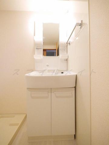 洗面所朝の身支度に便利なシャンプードレッサーの独立洗面台です。