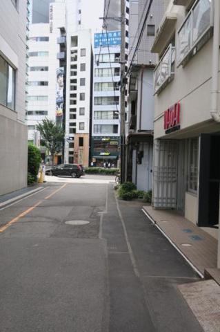 周辺榎本ビル 前面道路(※前方の大通り《青山通り》まで20m)