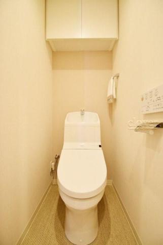 トイレトイレ ウォシュレット付 上部収納有