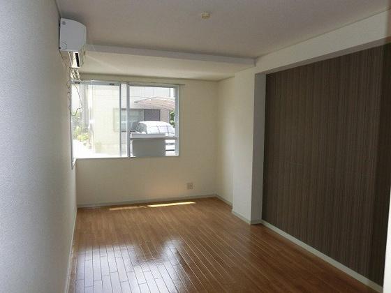 居間7.5帖の洋室 少し大きめの窓がついています