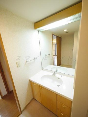 洗面所大きな鏡が特徴の綺麗な独立洗面台です。