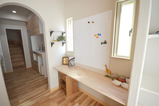 内観:施工例~ キッチン前に設けることで勉強するお子様を、家事をしながら見守ることができるスタディーカウンター ~
