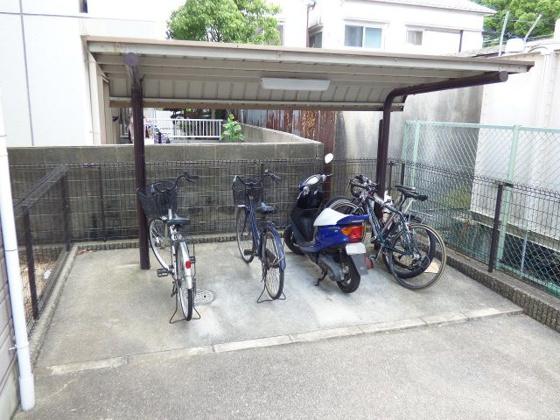 その他雨の日も安心屋根付きの駐輪場。
