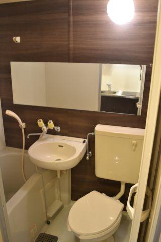浴室浴室壁一面ダイノックシート貼り ワイドミラー設置
