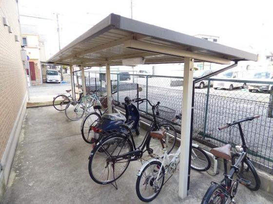 その他屋根付きの専用駐輪場です。