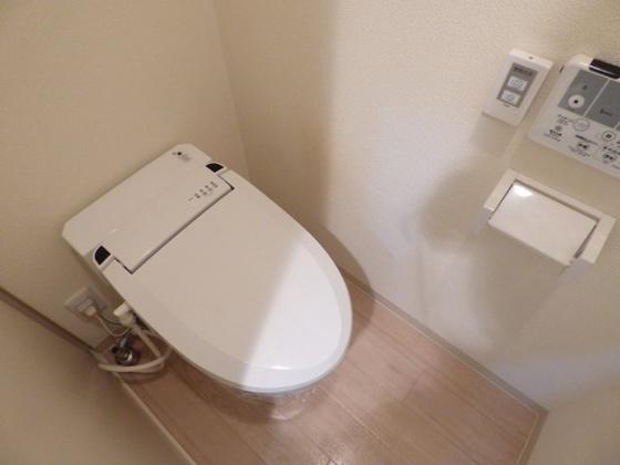 トイレ嬉しい温水洗浄便座完備。