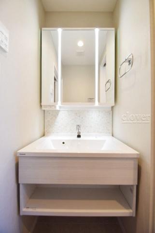 独立洗面台独立洗面台 収納充実の三面鏡