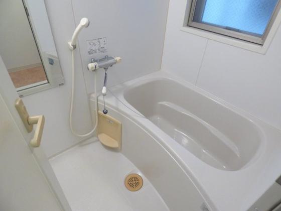浴室足を伸ばしてゆっくり出来ます。