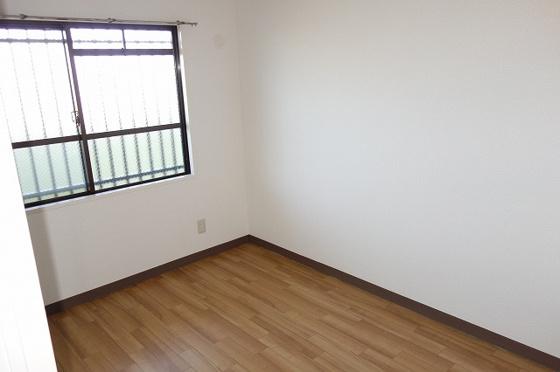洋室玄関横の4.5帖の洋室