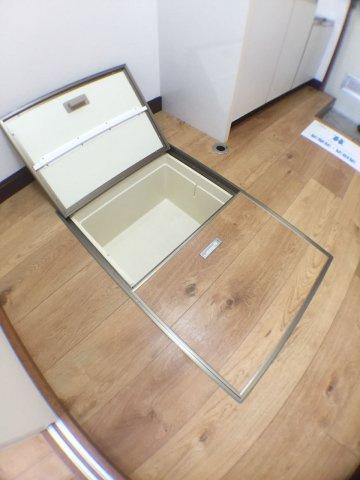 キッチンキッチン上部収納の内部。仕切りで2段になっています。収納力アップ↑