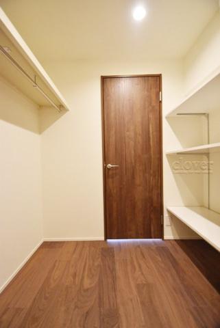 収納玄関とリビングのウォークスルークローゼット