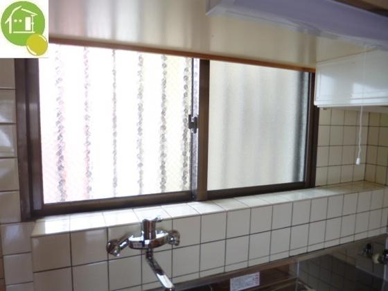 キッチンキッチンに小窓あり!