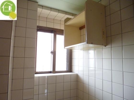 設備浴室に小窓あり!