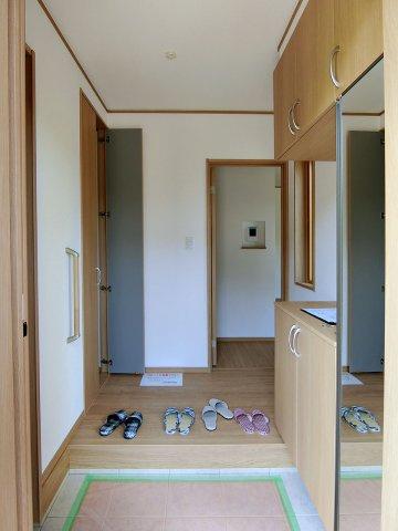 玄関全身鏡の付いた収納力豊富なシューズボックス付き