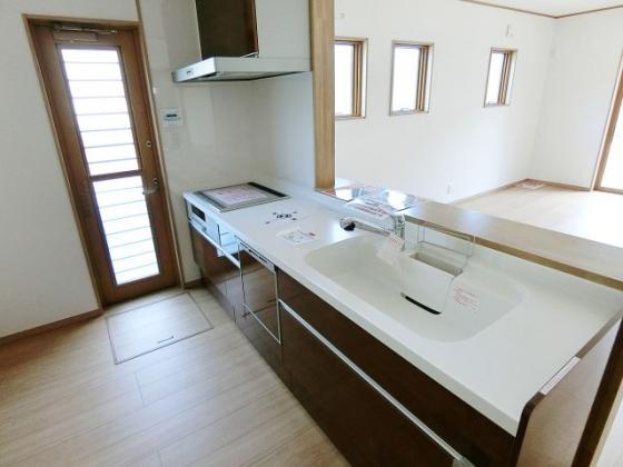 キッチン清潔感のある白い天板のシステムキッチン IHクッキングヒーター・食器洗い乾燥機付き
