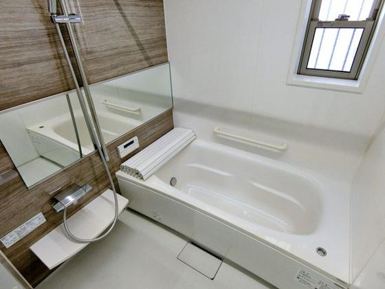 浴室手すりの付いたバスルーム