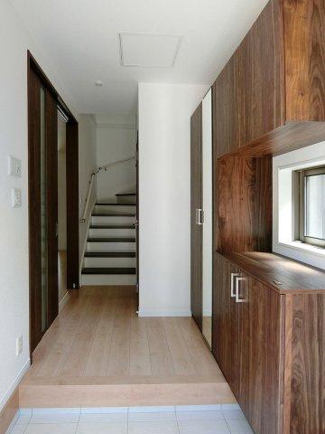 玄関玄関には全身鏡のついた大きなシューズボックス