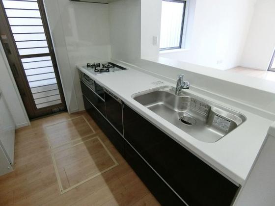 キッチン白い天板の清潔感のあるシステムキッチン