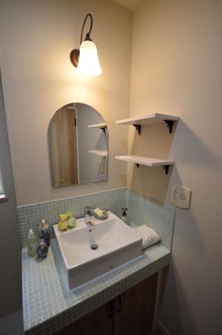 内観:施工例 ~ 1日のはじまりの準備をする可愛らしい洗面台 ~