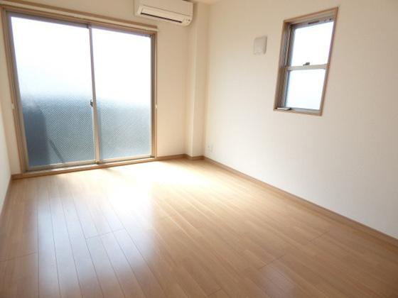 内装2面採光の開放的な空間。