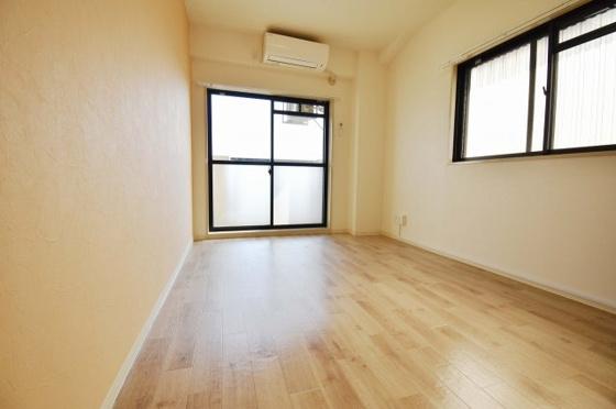 居間2面採光の明るいリビング。