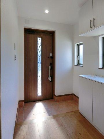 玄関スリットガラスで光を取り込める玄関扉
