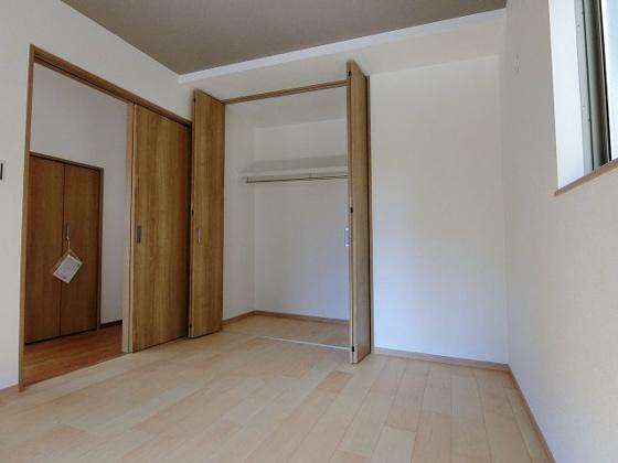 洋室クローゼット付きで収納充実の1階洋室
