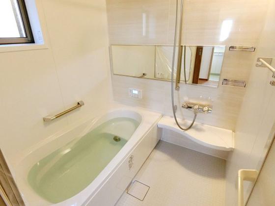 浴室窓付きの明るい浴室です