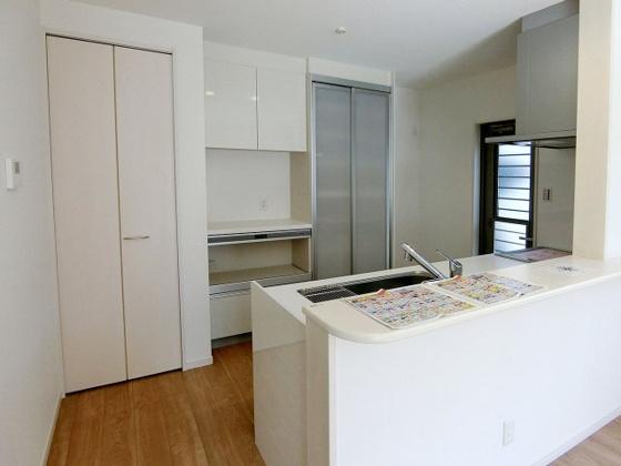 キッチンキッチンにはカップボードや収納棚が付いています