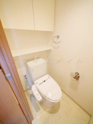 トイレ冬場も温かい温水洗浄便座と上部に収納も有ります。
