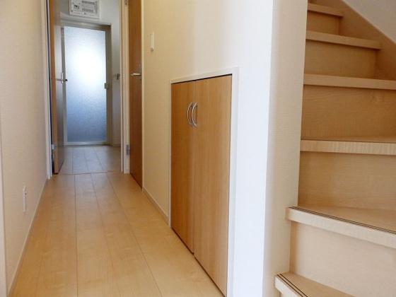 内装階段下にも便な収納スペース有り