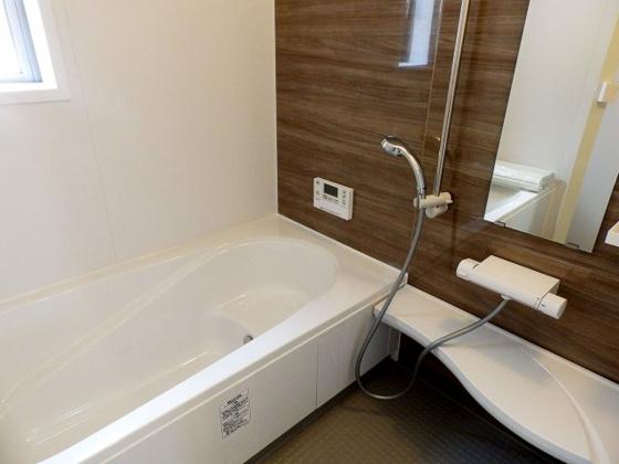 浴室浴室乾燥機付きのバスルーム