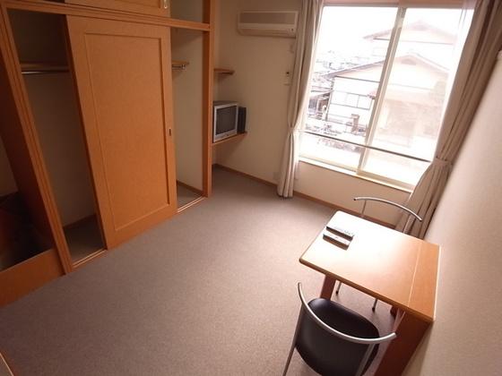 収納1階:フローリング、2階:じゅうたん張り