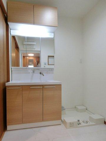 独立洗面台大きな三面鏡の洗面化粧台 上部収納あり