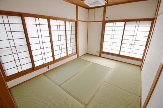 内装2階には6帖の和室もあります。