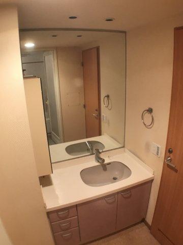 独立洗面台大きなミラーの付いた独立洗面台。