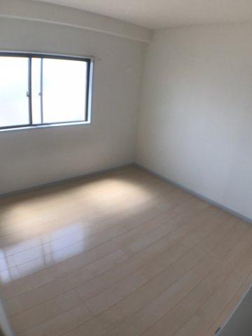 洋室唯一、南面と接していないお部屋になりますが、採光が充分確保されているので、暗さは感じられません。