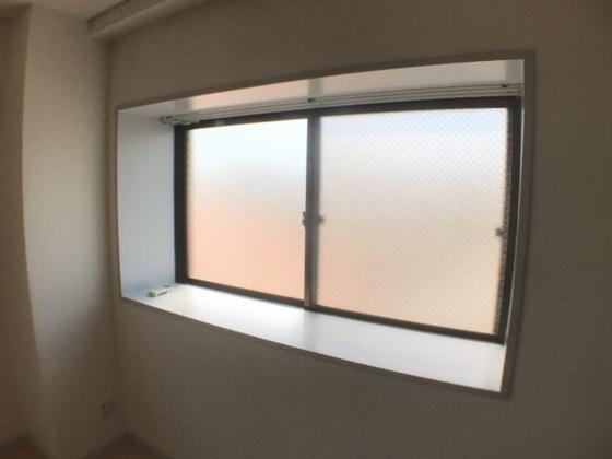 居間キッチン隣にある出窓。奥行きが出る出窓は、お部屋をより広く、より明るく見せてくれます。