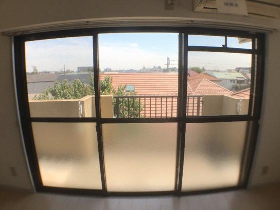 展望リビングからの眺め。周辺は3階建ての建物がなく、開放感がございます。