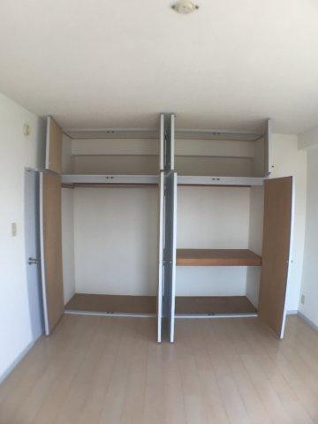 収納壁一面に広がる収納。右側は押入れタイプ、左側はクローゼットタイプになっており、用途別で収納できます。