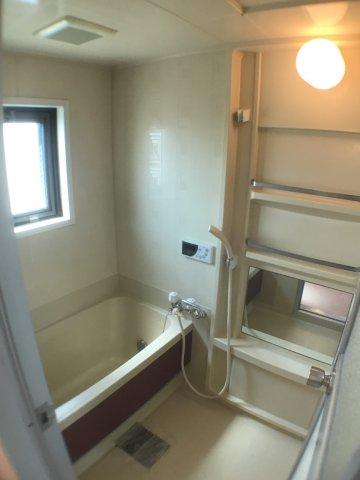 浴室閉塞感を強く感じてしまう浴室部分。採光部があるあかげで、明るく気持ちのよい浴室に。