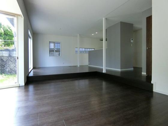 居間LDKはゆとりの25帖! 大きな窓からたくさんの日が差し込みます