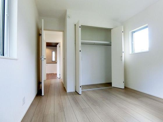 洋室クローゼット付きで収納充実の2階洋室