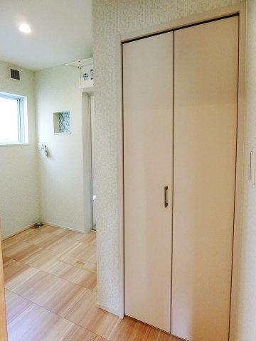 独立洗面台洗面所にも便利な収納スペース有り