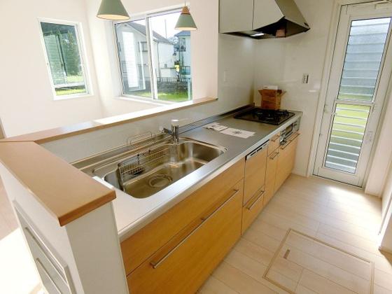 キッチンカウンターキッチンを備え、豊富な収納力も魅力的なプラン