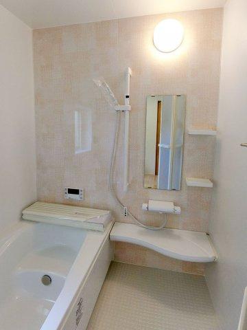 浴室ゆったりとつかれる広々としたバスタブのある明るい浴室です。