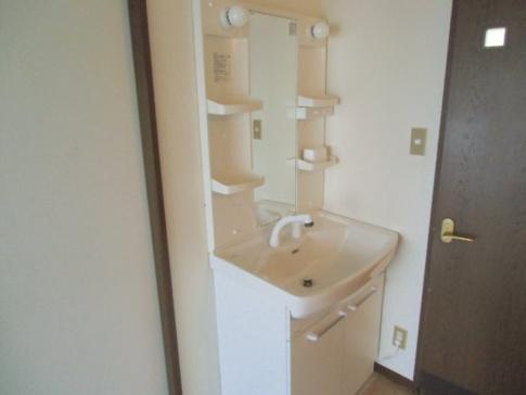 洗面所新品に入れ替えました。 幅広な洗面台です。