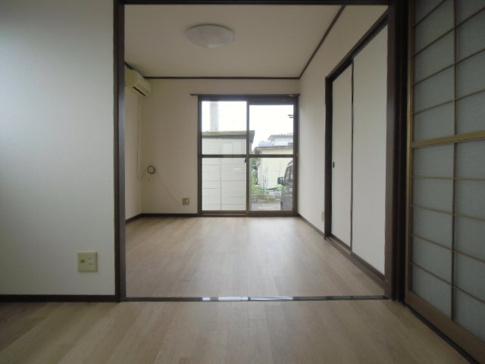 居間床材、壁クロスは貼替しています。